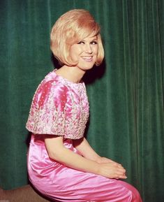 Born 1939 as Mary Isobel Catherine Bernadette O'Brien in West Hampstead, English pop singer and record producer Dusty Springfield learned to. Call Dusty, Makeover Party, Dusty Springfield, Beehive Hair, Rock And Roll Bands, Sixties Fashion, Retro Hairstyles, Pop Singers, Record Producer