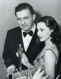 """David O. Selznick and Vivien Leigh pose with her Oscar for best actress, which she won in 1940 for her performance in """"Gone With The Wind"""". Hollywood Cinema, Hollywood Stars, Classic Hollywood, Old Hollywood, Gorgeous Movie, Love Movie, Beautiful, Ronald Colman, Scarlett O'hara"""