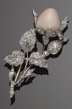 BROOCH IN TWO-TONE GOLD, DIAMOND AND CONCH PEARL CIRCA 1928 designed as a flowering branch decorated with a conch pearl.