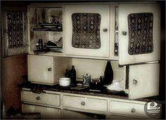 Zdjęcie numer 6 w galerii - 10 przedmiotów z PRL, które musiały się znaleźć w każdym mieszkaniu [PEWEX POLECA] 50s Furniture, Poland People, Diy Home Interior, Interior Design, Nostalgia, Old Advertisements, Country Kitchen, Old Pictures, Candle Sconces