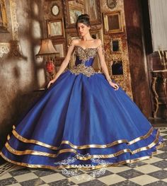 If you're planning a Winter or Fall Quinceanera, take advantage of the color in season and dress yourself in navy blue, take a look