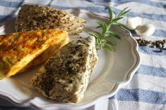 Pečený sýr – provensálský, s paprikou, česnekem a kari a obalený v drceném pepři Kitchen Hacks, Banana Bread, French Toast, Stuffed Mushrooms, Food And Drink, Cheese, Homemade, Breakfast, Health