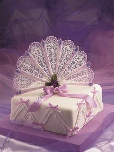 I think I just broke it by looking at it, but this small cake is gorgeous with this Lambeth method royal icing string work.