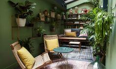 fauteuils et guéridon dans le jardin d'hiver du coq hotel