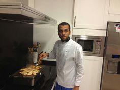 Dani Alves colgó esta foto en Twitter, mostrando sus dotes culinarias