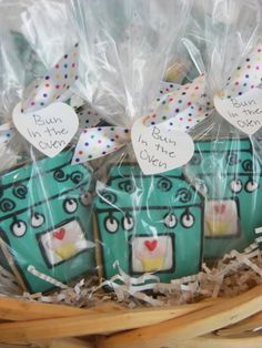 Bun in the Oven Cookies - This baby shower craft is a cute and original way to help plan your loved one's special day. You can also wrap these baby shower cookies in plastic and hand them out for each guest to take home as a cute and creative diy favor. Baby Cookies, Baby Shower Cookies, Baby Shower Favors, Shower Party, Baby Shower Games, Baby Shower Parties, Baby Boy Shower, Baby Shower Decorations, Summer Cookies