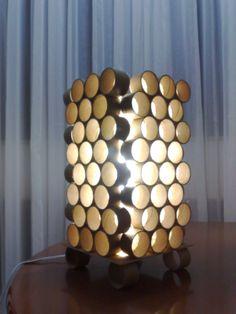 Luminária com rolos de papelão