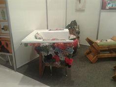 poltrona de banheira de hidromassagem, com textura de papel de seda para simular a fibra de vidro, e sobras de retalhos.