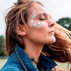 Não existe época melhor pra ousar na maquiagem do que o carnaval. Pode esquecer tudo o que você sabe sobre no makeup makeup e se jogar no brilho, nas sombras coloridas, no delineado com glitter, no…
