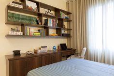 Dormitorio de casal - Santa Cecilia (SP). Objetos da Lardeco Gifts, Marcenaria Milpholhas e Cortinas TokFinal Decoracoes. Fotos by Rogerio Neves.