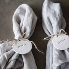 DIY: Rustikke bordkort (Sonoma Seven) Wedding Table Name Cards, Wooden Wedding Signs, Wedding Name, Diy Wedding, Wedding Dreams, Wedding Reception Decorations, Wedding Favours, Wedding Napkins, Polymer Clay Projects