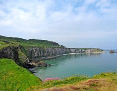 Crossing the famous Carrick-a-Rede Rope Bridge – Where in the World is Tosh