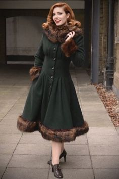 How to dress pin-up/vintage in cold weather? Vintage Outfits, Vintage Wardrobe, Vintage Dresses, 1940s Fashion, Vintage Fashion, Vintage Inspiriert, Green Coat, Vintage Mode, Shabby Chic