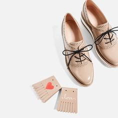 Keys To Finding The Best Sneakers For Women. Are you shopping for the best sneakers for women? Girls Sneakers, Best Sneakers, Sneakers Fashion, Fashion Shoes, Sock Shoes, Cute Shoes, Shoe Boots, Shoes Heels, Oxford Shoes Outfit