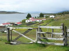 35 monumentos nacionales se ubican en Tierra del Fuego. De ellos, 5 están en la Antártida, 9 en las Islas Malvinas y alrededores, 1 en las Islas Georgias del Sur y 20 en Tierra del Fuego. El Cementerio Argentino de Puerto Darwin, en Malvinas, fue el centro de la fotografía que obtuvo el primer lugar en la edición 2012 de Wiki Loves Monuments y el 8.º lugar a nivel internacional. ¡Este año sus paisajes pueden inspirarte a vos! Participá de Wiki Loves Monuments 2013.