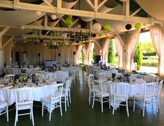 La salle de l'orangerie, décorations aux notes de vert, noir et blanc #eyrignac #mariage #réception #wedding #déco #vert #ardoise