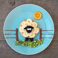 Herd in a wholesome breakfast with Baaaa-nana Sheep Waffles! Grab a box of Van's and slice up some fresh fruit for this playful breakfast creation. Cute Snacks, Cute Food, Good Food, Yummy Food, Awesome Food, Toddler Meals, Kids Meals, Baby Food Recipes, Snack Recipes
