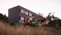 Maison contemporaine à la façade en bois finement colorée sur une colline de Launceston, Australie,  #construiretendance