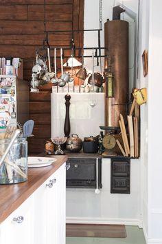 Talon alkuperäinen kuumavesivaraaja on jätetty koristeeksi. Perheen äiti on kerännyt seuraksi kupariastioita. Högforsin liesi toimii edelleen.