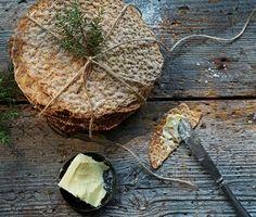 Hembakat knäckebröd är tusen gånger godare än det man köper. Dessutom är det lätt att baka. Här är ett utmärkt recept där vi har kryddat det knapriga brödet med fänkål, anis och en gnutta salt. Bread Recipes, Baking Recipes, Vegan Recipes, Savoury Baking, Bread Baking, Swedish Bread, Hard Bread, Scandinavian Food, Swedish Recipes