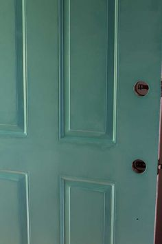 Painting your front door will give you loads of instant curb appeal. Learn how to paint your front door the easy way. Also includes how to strip a metal door if it has a lot of peeling and chipping. Metal Doors Exterior, Painted Doors, Diy Exterior, Painted Exterior Doors, Painting Metal Doors, Steel Doors Exterior, Front Door Styles, Metal Door, Paint Steel Door