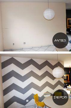 DIY (Do It Yourself! - Faça você mesmo)  O primeiro passo é pintar a parede com a cor de fundo, a mais clara no caso. Para que a tinta não escorra pra outras paredes, é importante que você passe uma fita em todas as extremidades, criando uma espécie de moldura.