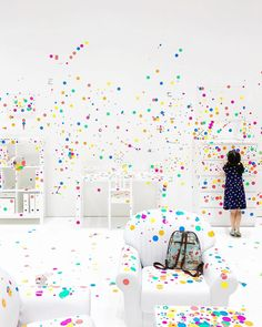 Wishing I was still a kid so I could also cover the walls and furniture with colourful dots in Yayoi Kusama's 'Obliteration Room' at the National Gallery in Singapore. This room is part of the Childrens Biennale but I was certainly not the only adult having fun with all the art installations. Cant believe tomorrow is already my last day in Singapore and with that also the last day of my three month trip. Time flies when youre having fun . . . . #ChildrensBiennale #yayoikusama…