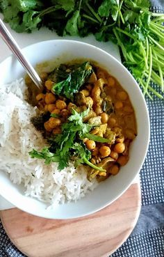 Curry de Pois chiches au lait de coco, champignons et pousses d'épinards. V… Chickpeas curry with coconut milk, mushrooms and spinach sprouts. Vegan and gluten free. Vegetarian Recipes Easy, Veggie Recipes, Soup Recipes, Salad Recipes, Chicken Recipes, Healthy Recipes, Vegetarian Curry, Vegan Curry, Vegetarian Lunch