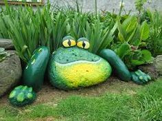 pedras pintadas...AWESOME painted stone frog.. What a cool piece of art for the garden!!
