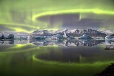 """Den lysegrønne farve i himlen, som oftest kan ses ved Antarktis, skabes ud fra iltatomer højt oppe i atmosfæren. Dette billede er dog taget ved Vatjajökull gletsjeren i Island. (Foto: <a href=""""http://www.rmg.co.uk/whats-on/exhibitions/astronomy-photographer-of-the-year/2014-winners/earth-and-space"""" target=""""_blank"""">James Woodend</a>)"""