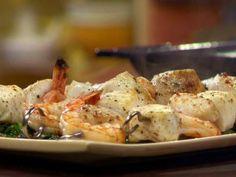 Espetinhos Grelhados de Frutos do Mar em Cama de Espinafre com Pimenta, Alho e Manteiga - Food Network