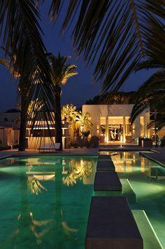 A la fois glamour et casual, l'Hôtel Sezz Saint-Tropez est un véritable écrin implanté au cœur de la pinède. Typiquement méditerranéen, A découvrir sur Marie Claire Maison.