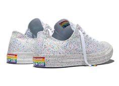 Die Pride Kollektion von Converse strahlt nicht nur in allen Regenbogenfarben sondern ist auch visueller Support für die LGBTA Bewegung. Genial!