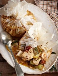 Chicken with mustard, leeks and tomatoes in paper Cookbook Recipes, Meat Recipes, Cooking Recipes, The Kitchen Food Network, Cooking Pork Chops, Great Chicken Recipes, Salty Foods, Greek Cooking, Everyday Food