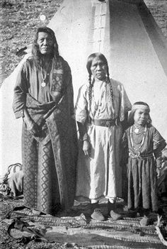 Nez Perce family - no date. In honor of the indigenous people of North America… Native American Images, Native American Tribes, Native American History, Native Indian, Indian Tribes, Into The West, Navajo, First Nations, Nativity