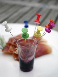 Gebruik deze cocktailprikkers bij de tapas voor een vrolijke touch.