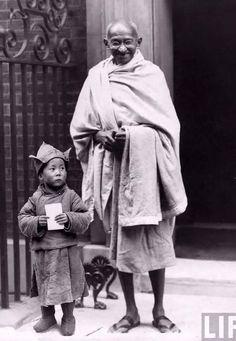 Mahatma Gandhi with Dalai Lama. Memorable moments of history well captured Rare Pictures, Historical Pictures, Rare Photos, Old Photos, Vintage Photos, Buddha, Mahatma Gandhi Photos, Gandhi Quotes, Mahathma Gandhi