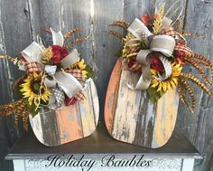 Weathered pallet board pumpkins with bows and sunflowers Weathered pallet board pumpkins with bows and sunflowers Fall Wood Crafts, Autumn Crafts, Pallet Crafts, Thanksgiving Crafts, Holiday Crafts, Pallet Ideas, Pallet Designs, Fun Crafts, Wooden Pumpkins