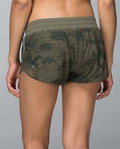 Lululemon Hotty Hot Short in Savasana Camo 20 cm Fatigue Green