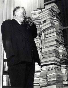 Robert Doisneau (Y492)  Portrait de Blaise Cendrars, circa 1955.  ¿El día de su cumpleaños brindando junto a todos sus libros publicados?
