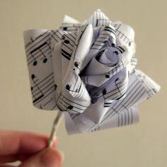 Un Tutorial con le istruzioni per realizzare delle rose di carta con dei vecchi spartiti