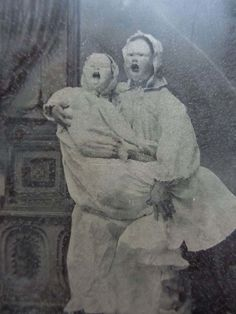 Creepy Old Vintage Photos~ dead sisters in scary masks portrait Halloween Fotos, Vintage Halloween Photos, Creepy Old Photos, Creepy Pictures, Real Ghost Pictures, Vintage Photographs, Vintage Photos, Victorian Photos, Victorian Era