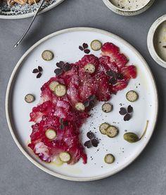 Denne rødbedegravad torsk med kapers og peberrodscreme er den perfekte start på et festmåltid.