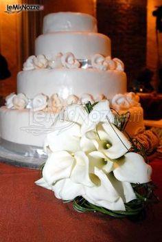http://www.lemienozze.it/gallerie/torte-nuziali-foto/img30579.html Torta nuziale e bouquet di calle total white