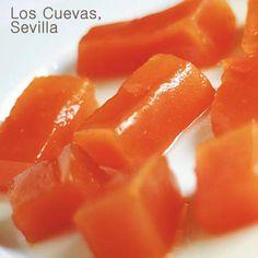 La calabaza en dulce es un postre tradicional que se prepara normalmente en otoño. Con esta receta se puede conservar en un recipiente hermético varios días en su propio almíbar, y algún día más si la conservas dentro de la nevera.