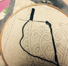 Magyar népi hímzés -írásos minta Hungarian Embroidery, Folk Embroidery, Embroidery Stitches, Embroidery Patterns, Machine Embroidery, Folk Art Flowers, Flower Art, Chain Stitch, Cross Stitch