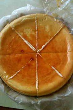 簡単で濃厚なチーズケーキ  フィラデルフィア クリームチーズ 1箱(250グラム) 砂糖 90~100グラム 生クリーム 100cc 全卵 1個 レモン汁 35~40cc マリー ビスケット 1箱 バター 100グラム
