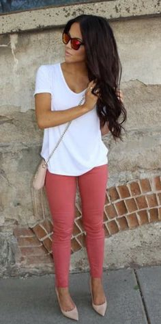 Love these coral skinny pants and white tee.