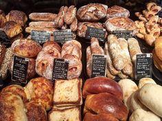 香ばしいパンの良い香りが広がる店内に、たくさんの種類のパンがずらりと並び、心が躍ります! どれもとても美味しそうで、見てるだけで幸せな気持ちになります。