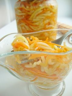3 кг уже очищенных (!) от кожуры и семян кабачков  0,5 кг лука  0,5 кг моркови  морковь и кабачки - натереть на корейской тёрке. это обязательно (!). иначе ваш секрет будет раскрыт.  лук режем тонкими полукольцами.  добавить к овощам:  1 ст. сахара  2 ст. растит. масла (можно меньше)  1 ст. 9% уксуса  3 ст.л. соли   всё это в большой ёмкости аккуратно и с любовью перемешать руками, сразу разложить по баночкам (удобнее всего 0,7-литра) и стер-ть 15 мин.
